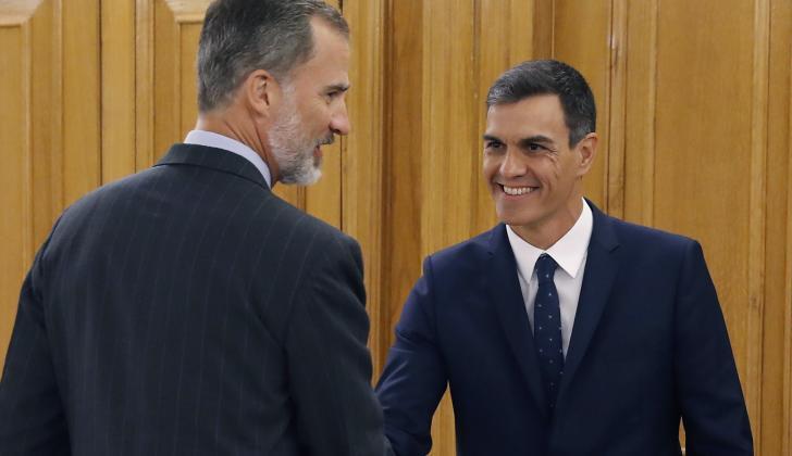 El Rey de España, Felipe VI, estrecha la mano del primer ministro español Pedro Sánchez.