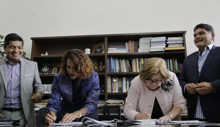 Las ministras del Interior, Nancy Gutiérrez (izq.) y de Justicia, Gloria Borrero,  firman la Reforma que se radicó ayer en horas de la tarde en el Congreso.
