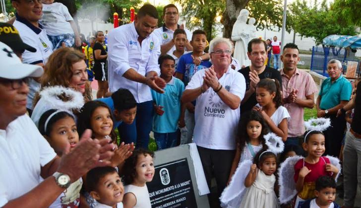 El alcalde de Soledad, Joao Herrera, junto a la comunidad, durante la inauguración del parque.