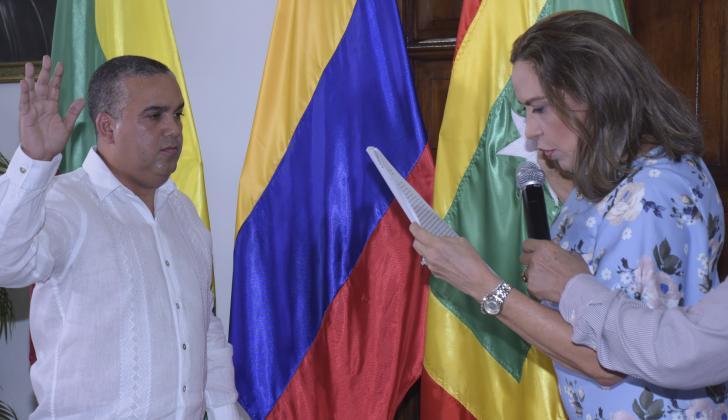 Pedrito Pereira jura en su posesión ante la notaria cuarta Evelia Rosa Ayazo.