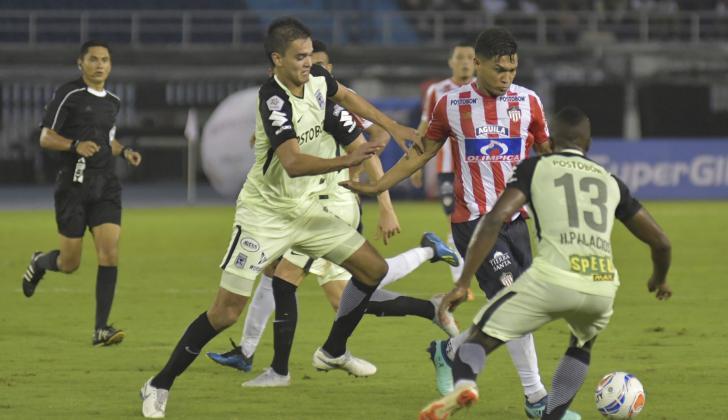 'Teo' intenta eludir la marca de Aguilar, ante la mirada de Helibelton Palacios.