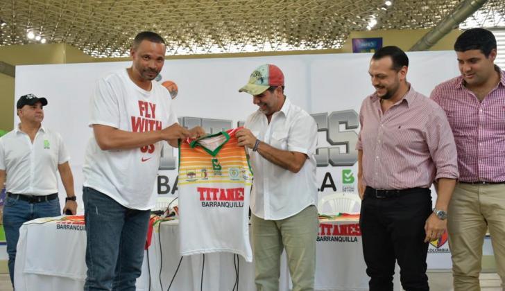El entrenador Tomás Díaz recibe la camiseta oficial del equipo en manos del alcalde Alejandro Char.