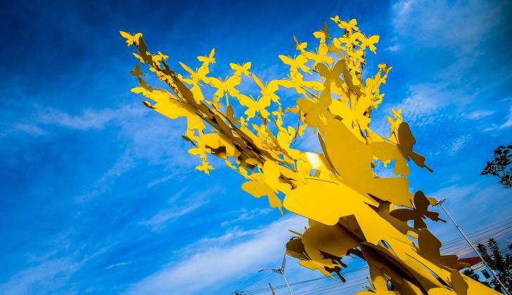 La escultura 'Mariposas Amarillas', que rinde un homenaje a Gabriel García Márquez, está ubicada en la carrera 46 con vía 40.