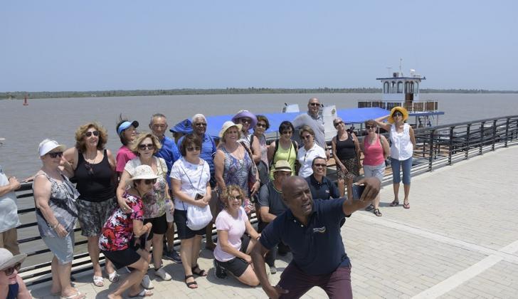 Turistas brasileros en el Malecón del Río.