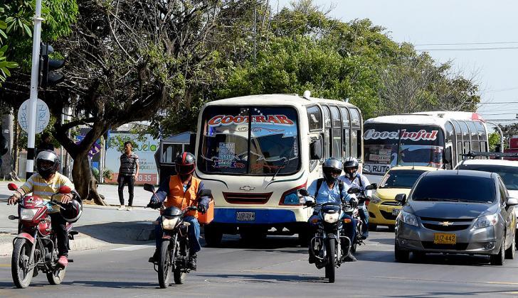 Motocicletas y automóviles transitando por las calles de Barranquilla.