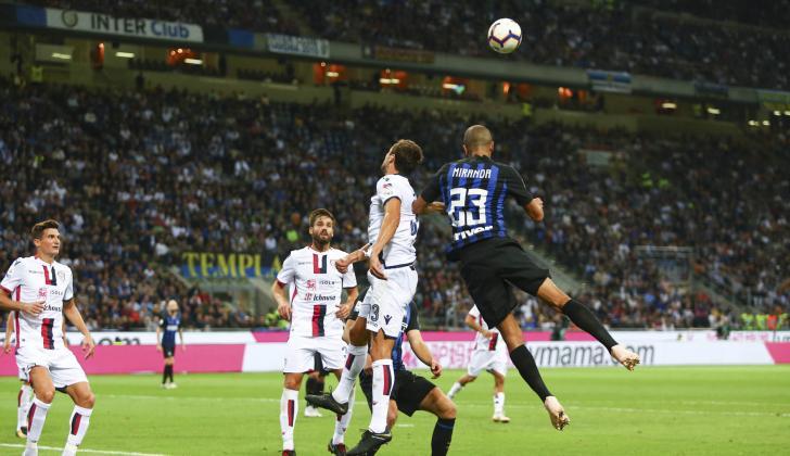 Acción de juego aéreo en el juego entre Inter de Milan y Cagliari, en Italia.