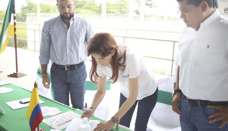 La gobernadora Cotes durante la firma del acta.
