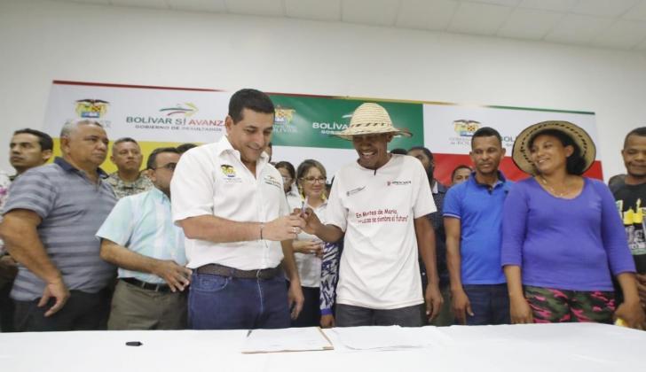 El gobernador de Bolívar Dumek Turbay con algunos campesinos de los Montes de María.