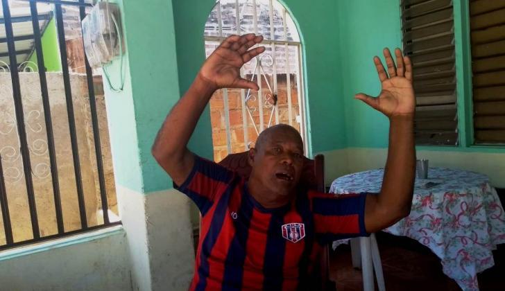 El exarquero Maximiliano 'Chimilongo' Robles vistiendo la camiseta del Unión Magdalena en su casa.