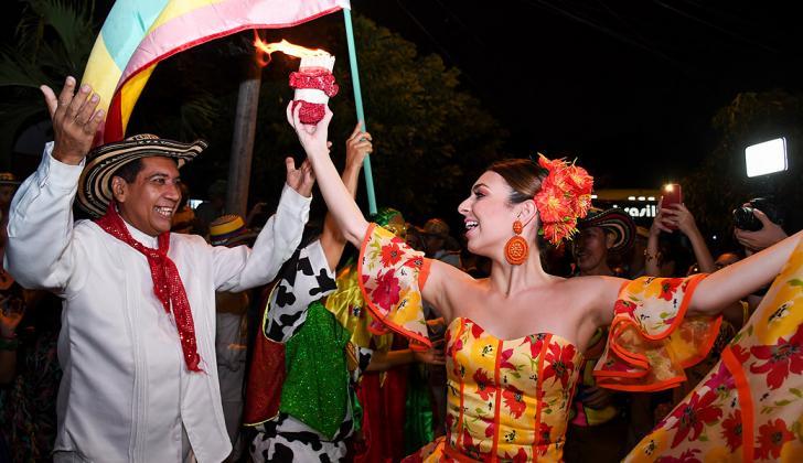 En el barrio Olaya le dieron la bienvenida a la reina del Carnaval, Carolina Segebre, a son de cumbia en su Ruta de la Alegría.