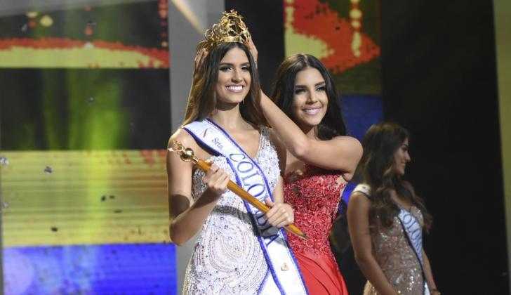Laura González le impone la corona a la nueva Señorita Colombia Gabriela Tafur Náder.