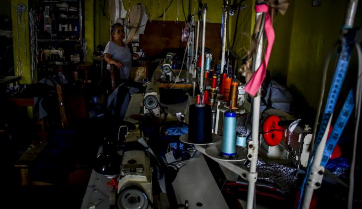 Así permaneció ayer el taller de confecciones durante el corte de energía en La Arboleda.