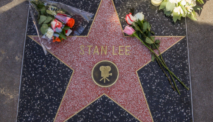 Seguidores del fallecido Stan Lee dejaron flores en su estrella, en el paseo de la fama de Hollywood.