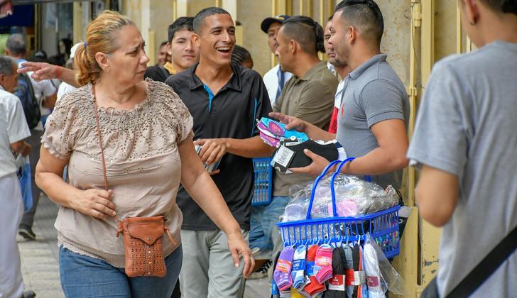 Luis Zambrano, con la canasta en el brazo izquierdo, vende calcetines en las calles del centro de B/quilla.