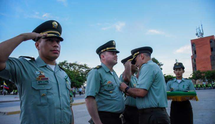 David Alexander Tobón López recibiendo un reconocimiento.