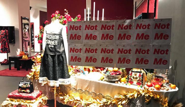 Pancarta de protesta en la ventana de una tienda Dolce & Gabbana, en Shanghai.