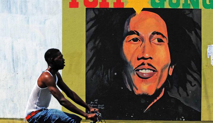 El reggae se desarrolló en la década del 60 a partir del ska y el rocksteady, en Jamaica.