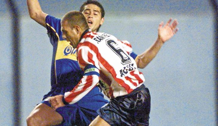 Juan Carlos Ramírez disputa un balón con el argentino Juan Román Riquelme.
