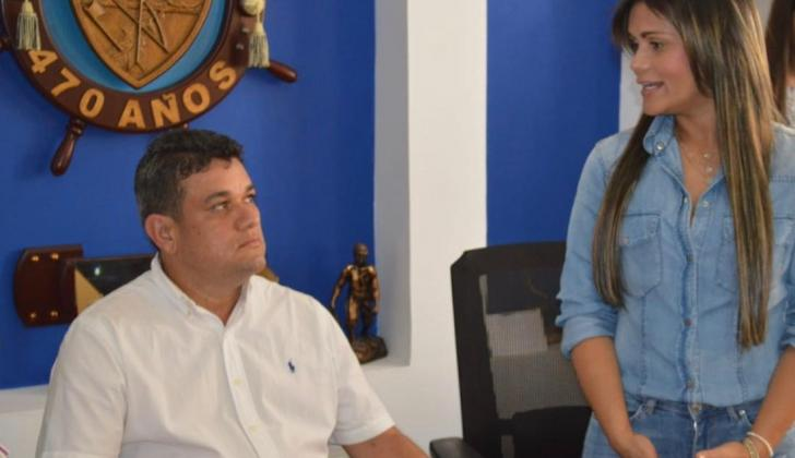 Juan Carlos Suaza, alcalde entrante, durante el empalme con la saliente  Alexa Henríquez.