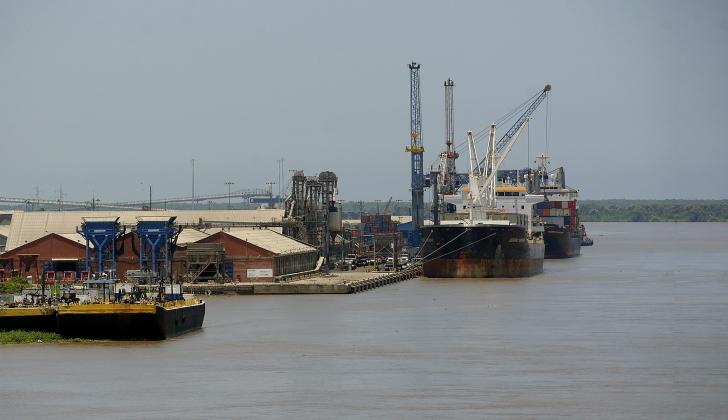 Embarcaciones en la sociedad portuaria de Barranquilla en las aguas del río.