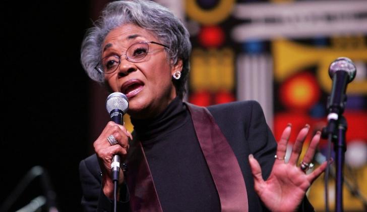 """Su mayor éxito, """"(You Don't Know) How Glad I Am"""" de 1964, le valió un premio Grammy a la mejor canción de R&B."""