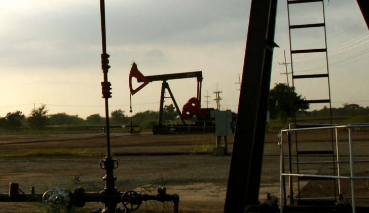 Varios pozos en un campo petrolero.