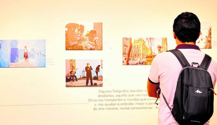 Un visitante observa las fotografías de 'Pasaporte: la vuelta al mundo en fotos'.