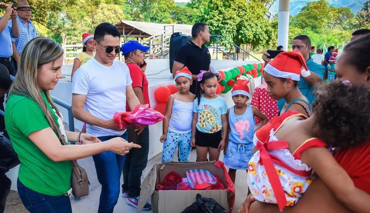 Jorge Celedón en la entrega de regalos para niños guajiros.