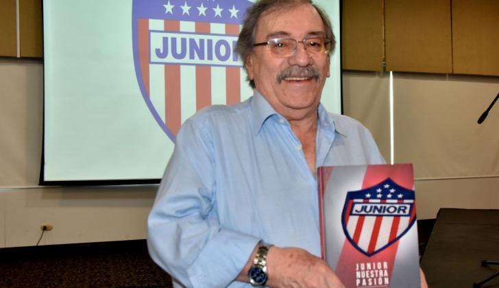 El estadígrafo Guillermo Ruiz Bonilla junto a su libro.