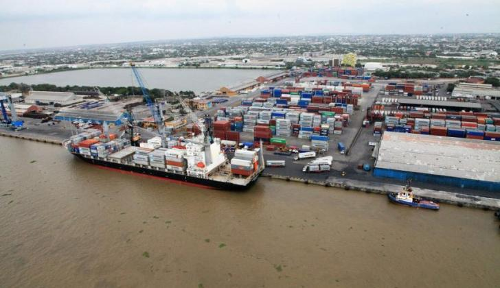 Embarcación en el canal de acceso al puerto de Barranquilla.