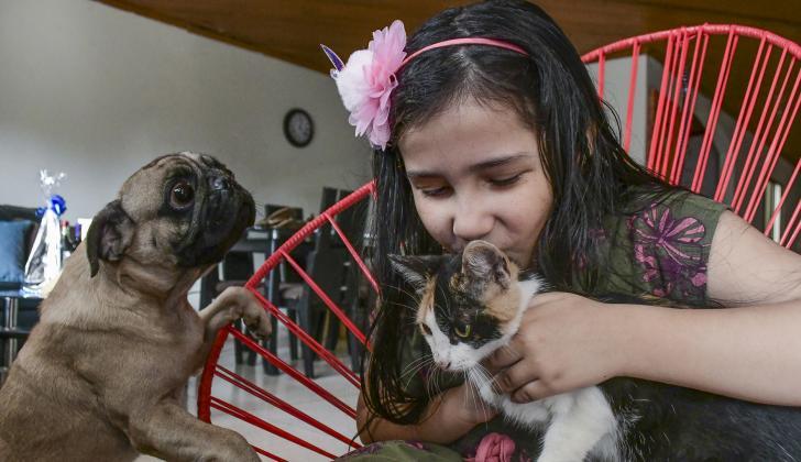 Según profesionales, una mascota mejora el autoestima de los niños y les brinda beneficios psicosociales.