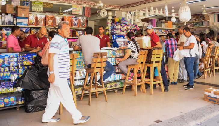 Varios compradores en una tienda de artículos escolares en Barranquilla.