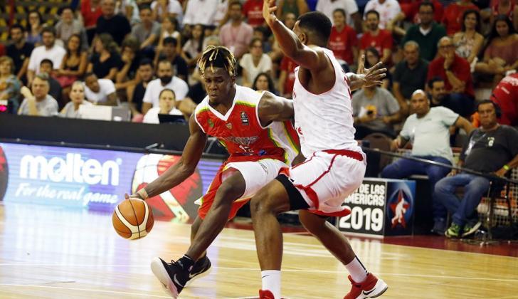 Hanner Mosquera conduce la pelota ante la marca de un jugador de Paulistano.