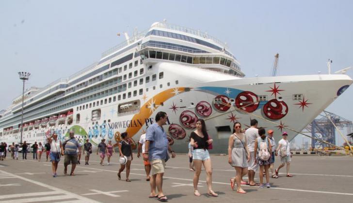 Viajeros llegan en crucero a Cartagena.