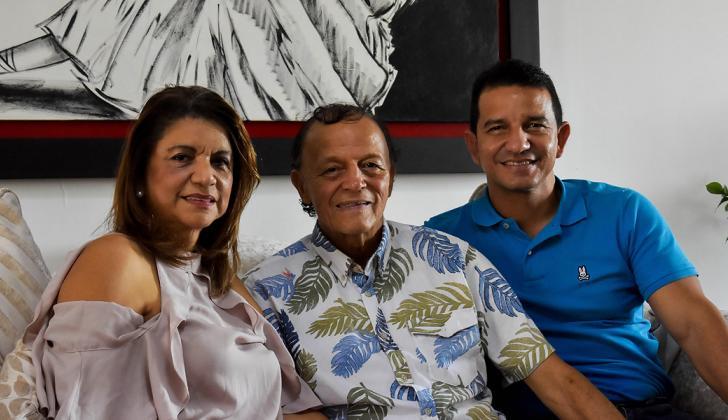 Gabriel Berdugo entre su esposa Rosa Peña y su hijo Gabriel Berdugo Jr., ayer tras conceder la entrevista.