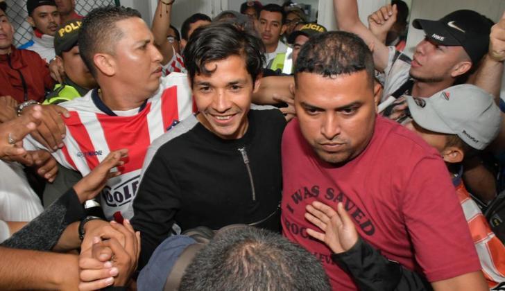 Matías Fernández a su llegada al aeropuerto Ernesto Cortsissoz fue recibido por los hinchas del Junior.