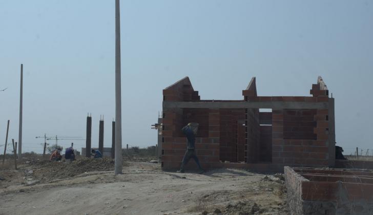 Obreros trabajan en el terreno que está registrado como zona verde en Villa Muvdi.