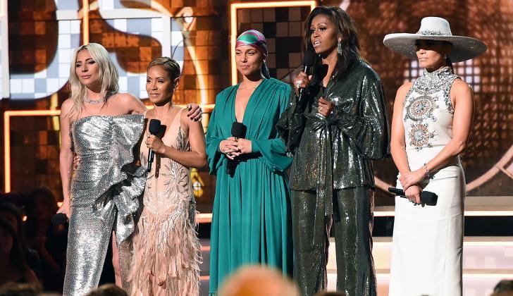 De izquierda a derecha: Lady Gaga, la actriz Jada Pinkett-Smith, la anfitriona Alicia Keys, Michelle Obama y Jennifer Lopez.