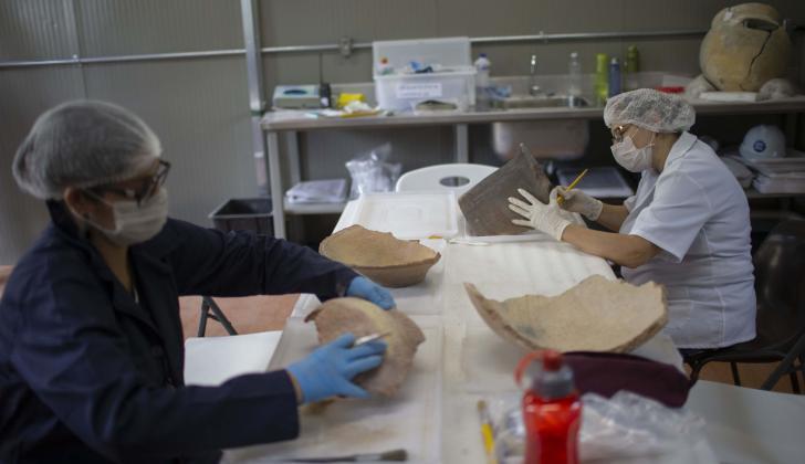 Los investigadores limpian los artefactos encontrados en los escombros del Museo Nacional de Brasil.