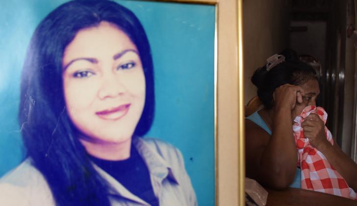 Yilivett Yenira Manjarréz, la víctima (en el retrato), y Rita Almarales, tía de la joven (sentada en la silla).