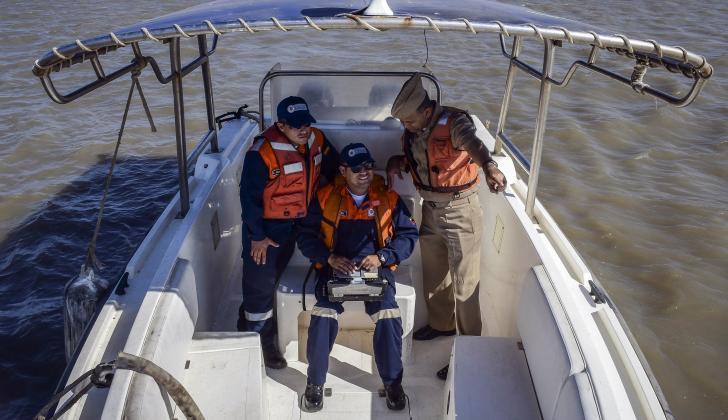 El equipo de levantamiento barométrico en la lancha Soundermax II, sobre aguas del río Magdalena.