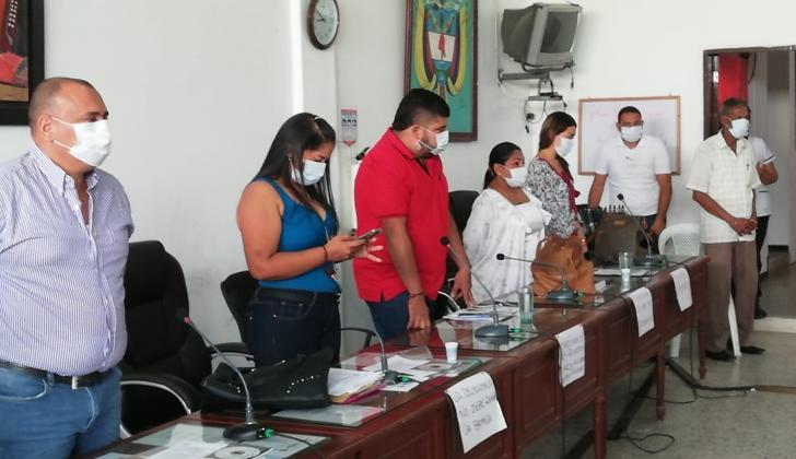 Los concejales asistieron a la sesión con tapabocas y letreros en los que rechazaban las amenazas.
