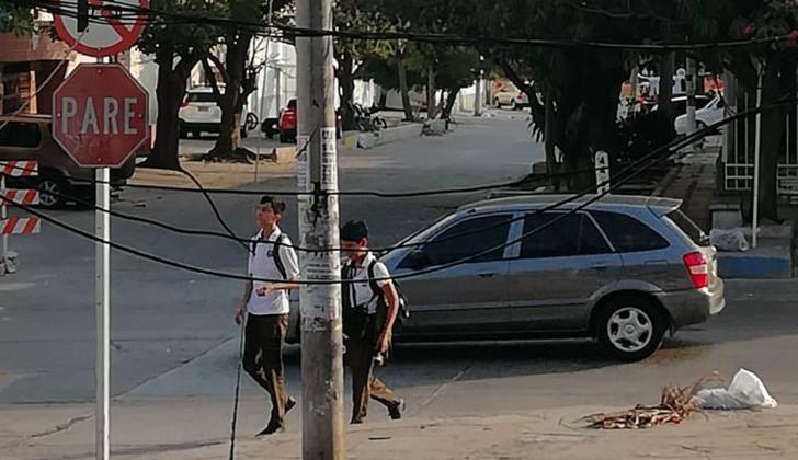 Los peatones deben bajarse del andén y caminar en la calle.