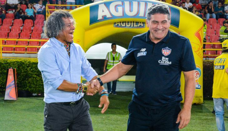 Suárez saludando a Gamero, técnico del Tolima.