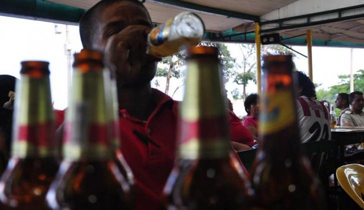 Un hombre tomando cerveza en una tienda.
