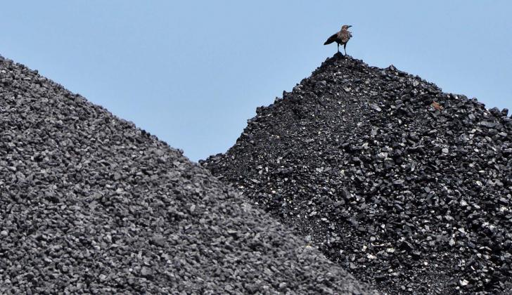 Dos pilas de carbón listas para ser transportadas hacia el mercado del interior del país.