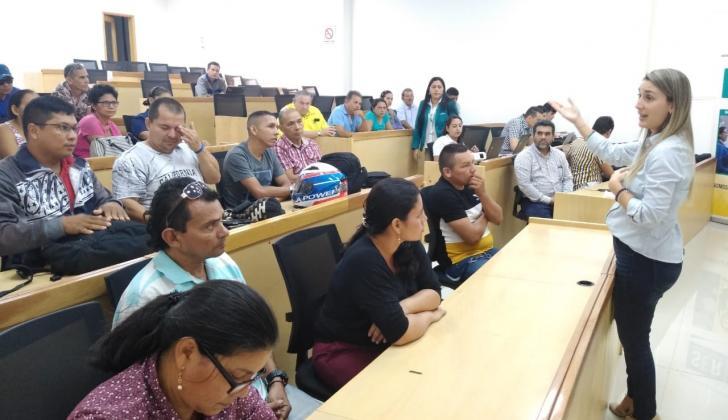 Aspecto de la reunión de Electricaribe con la comunidad del barrio El Edén.