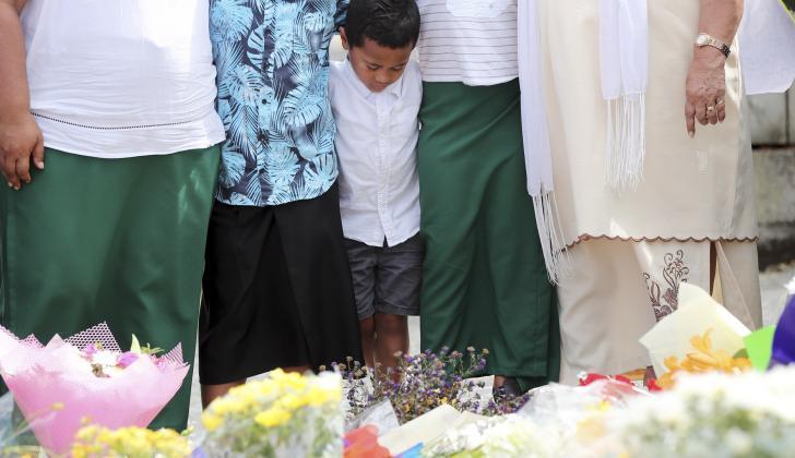 Los residentes presentan sus respetos colocando flores para las víctimas de los ataques en Nueva Zelanda.