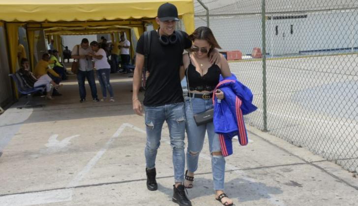 Luis Díaz saliendo del aeropuerto Ernesto Cortissoz al lado de su novia Geraldine Guerrero.