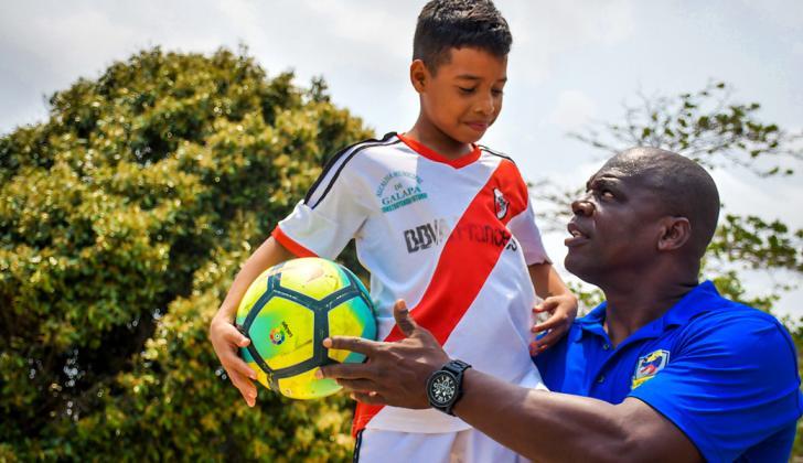 Perea junto a Rafael De Moya, de 13 años. El niño fue la sensación en las veedurías que realiza en Barranquilla.